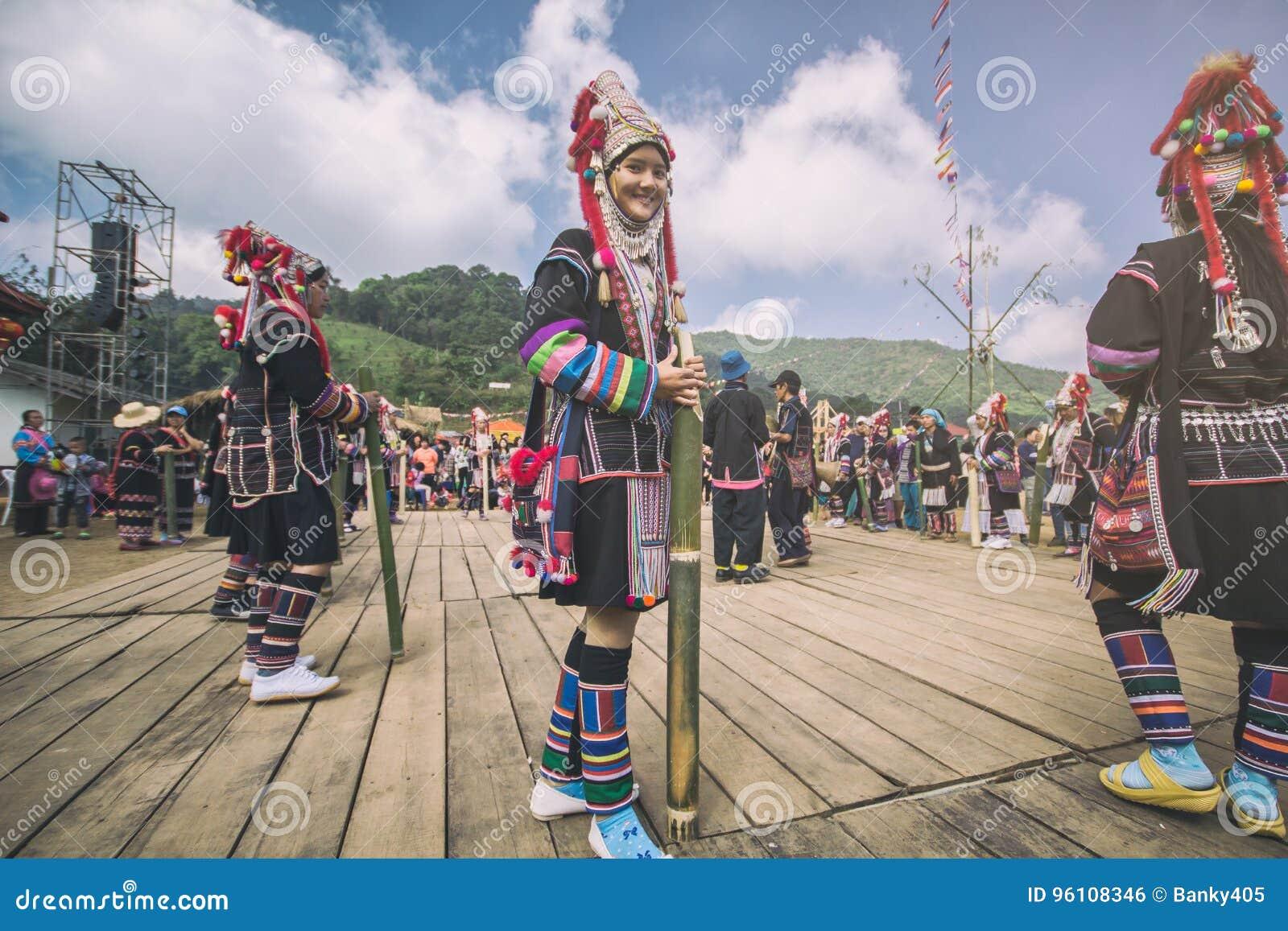 Niezidentyfikowana Akha wzgórza plemienia miejscowa kobieta w tradycyjnym odziewa Azjatycka etniczna plemienna grupa Popularny tu