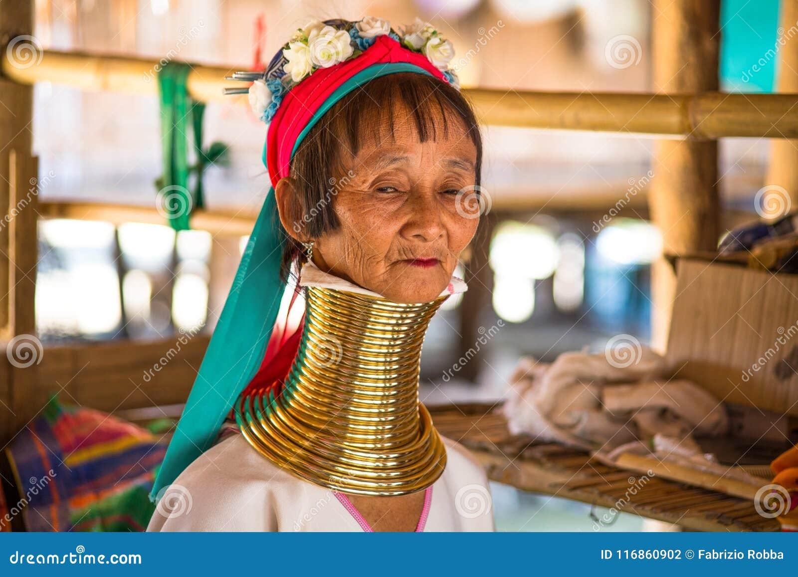 Niezidentyfikowani Dłudzy szyi Karen wzgórza plemienia ludzie Karen szyi Długie wioski w Chiang raja, Tajlandia