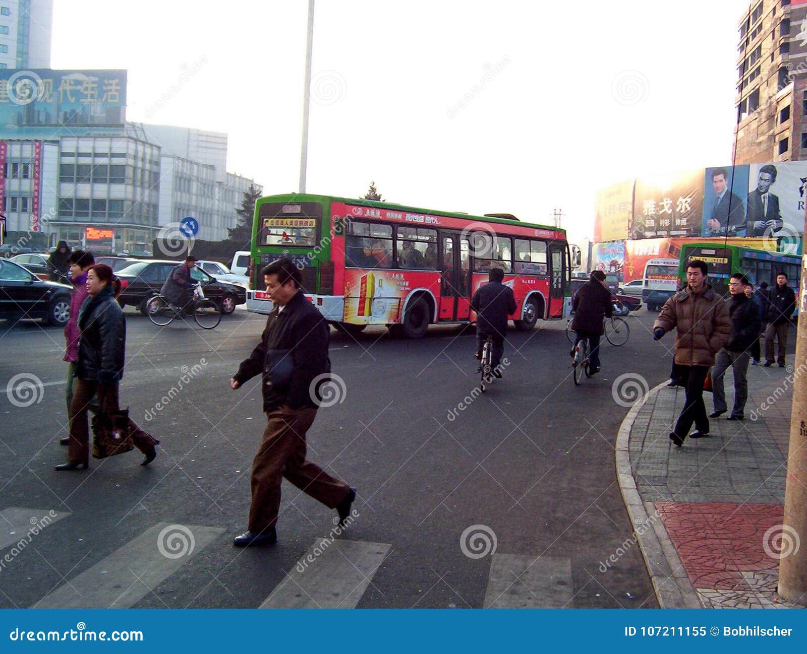 Niezidentyfikowani ludzie jedzie rowery i odprowadzenie obok ruchu drogowego w wczesnego poranku smogu