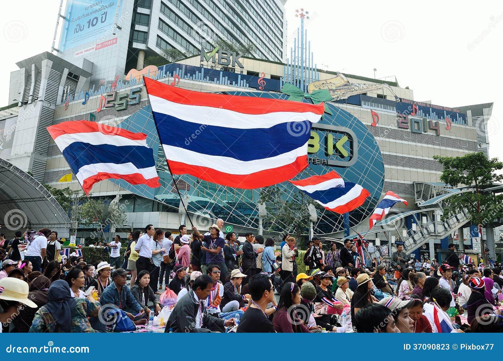Download Niezidentyfikowani Protestujący Zbierają Patumwan Skrzyżowanie Anty Rząd I Pytają Reformować Przed Wybory Zdjęcie Stock Editorial - Obraz złożonej z droga, city: 37090823
