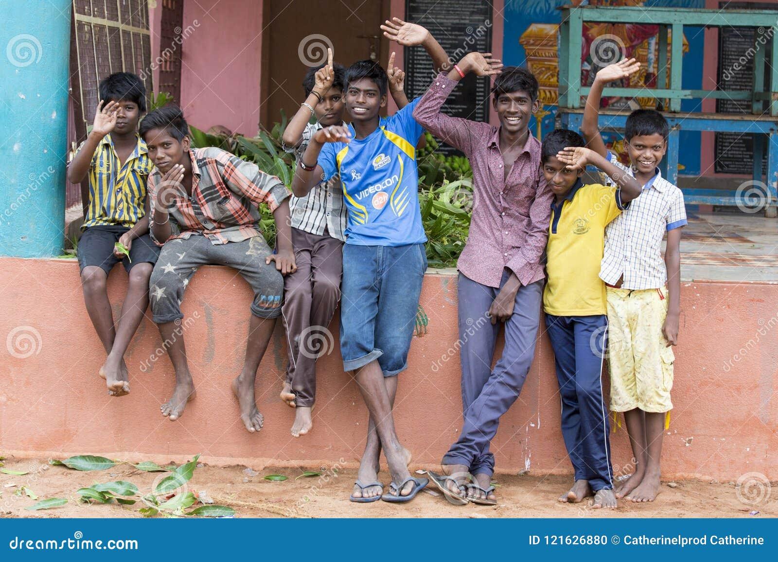 Niezidentyfikowani szczęśliwi wiejscy biedni dziecko nastolatkowie bawić się przy ulicą wioska