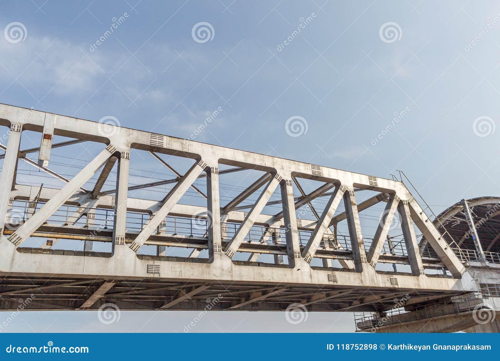Niezidentyfikowany metro pociągu żelaza most z zygzag wykłada budującego usi