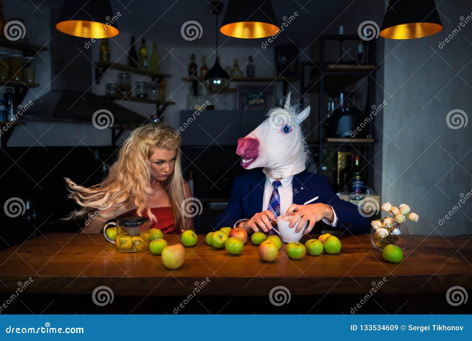 Niezwykła para przy barem odpierającym w eleganckiej kuchni