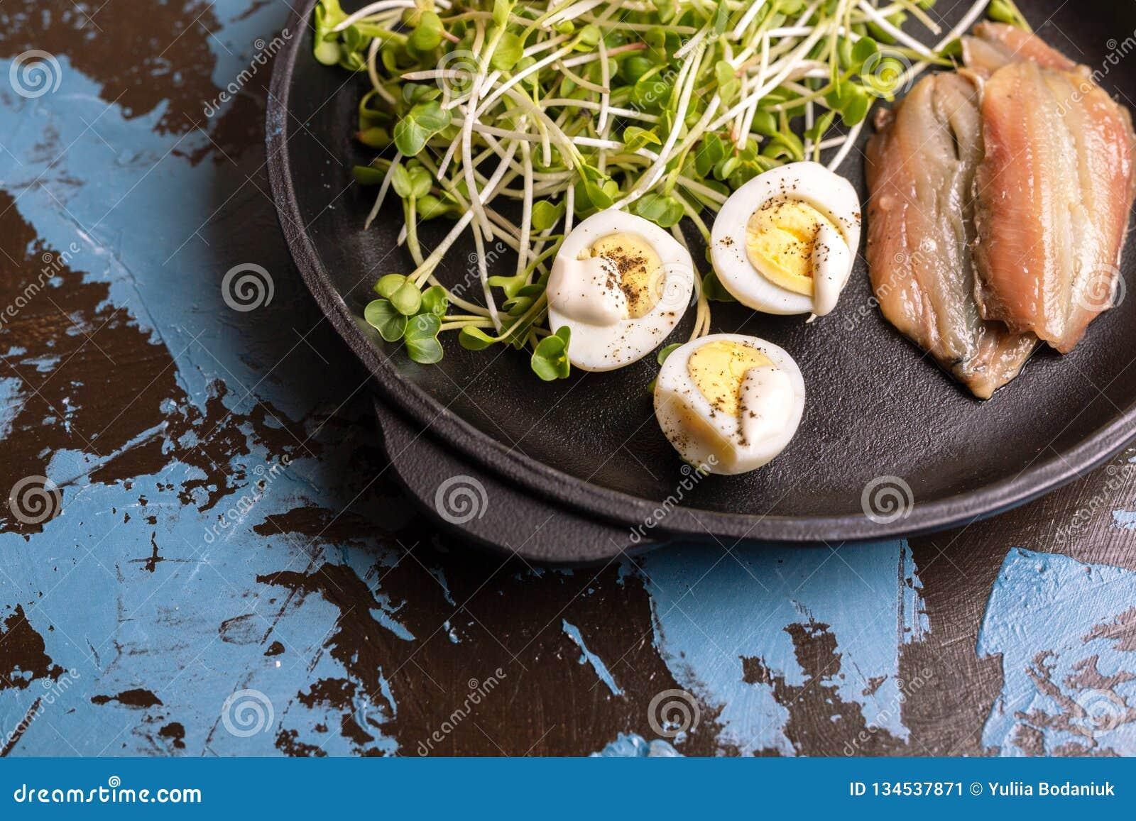 Niezwykła sałatka z rzodkwi flancami, przepiórek jajkami i sardelami,