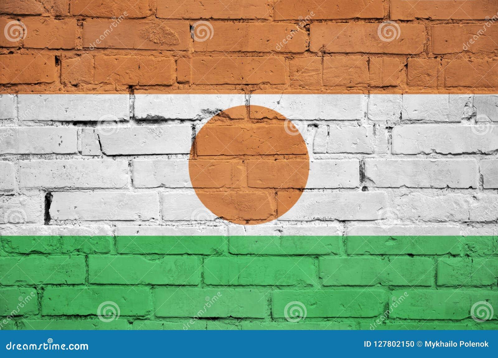 Niger flaga maluje na starym ściana z cegieł