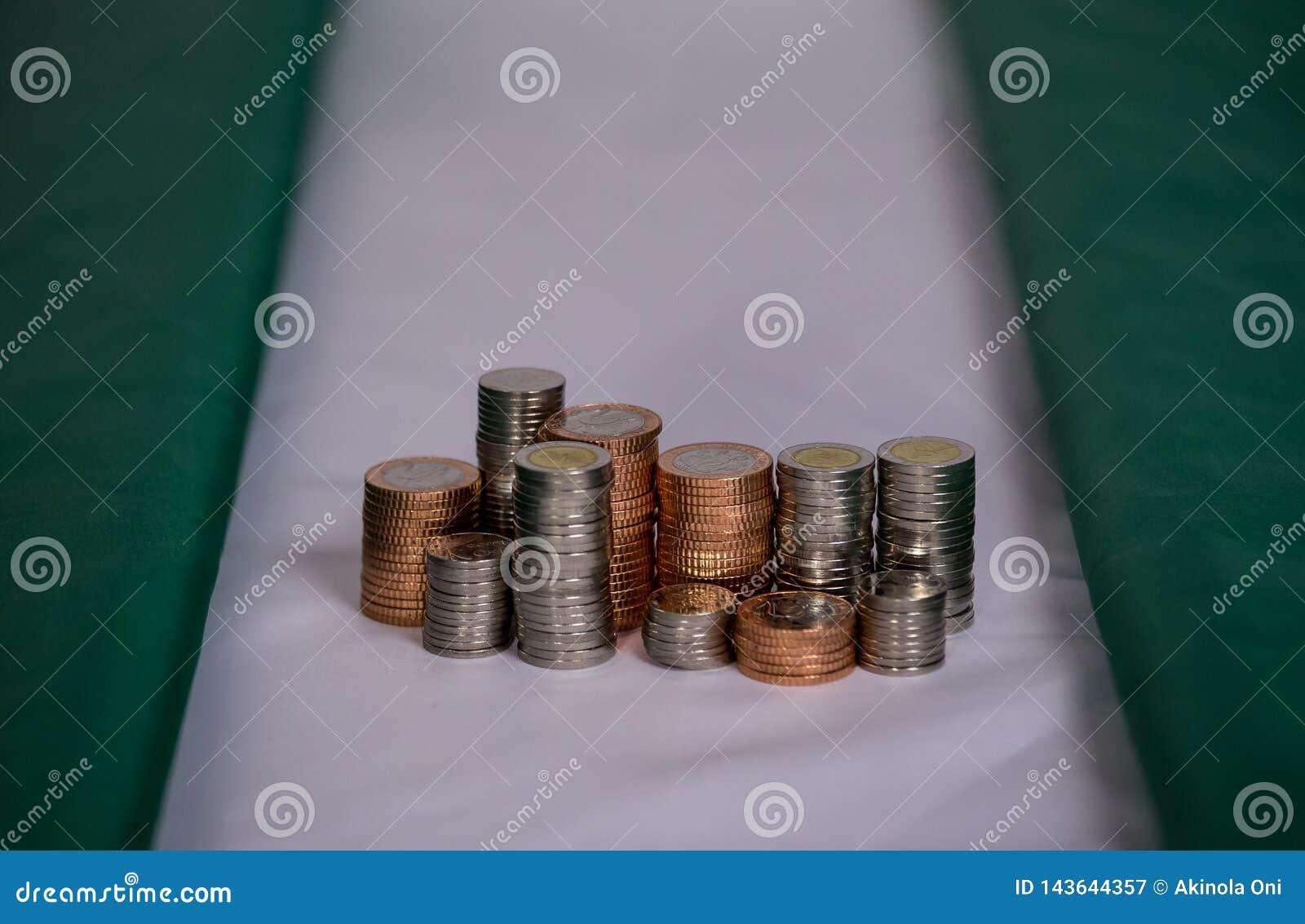 Nigeria flagga med mynt i en bunt