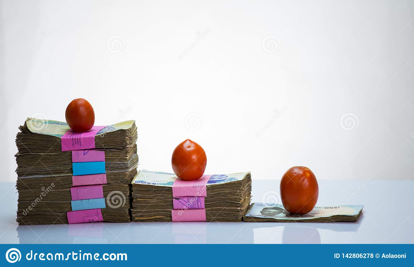 Nigeria lokalna waluta N1000, N500, N200 naira notatki w bundleand pomidorach