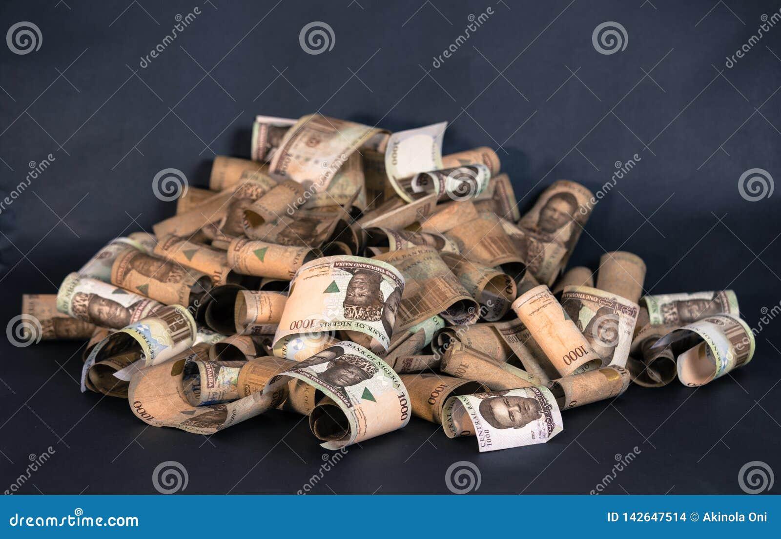 Nigeryjska waluta - rozsypisko Nigeria naira notatki