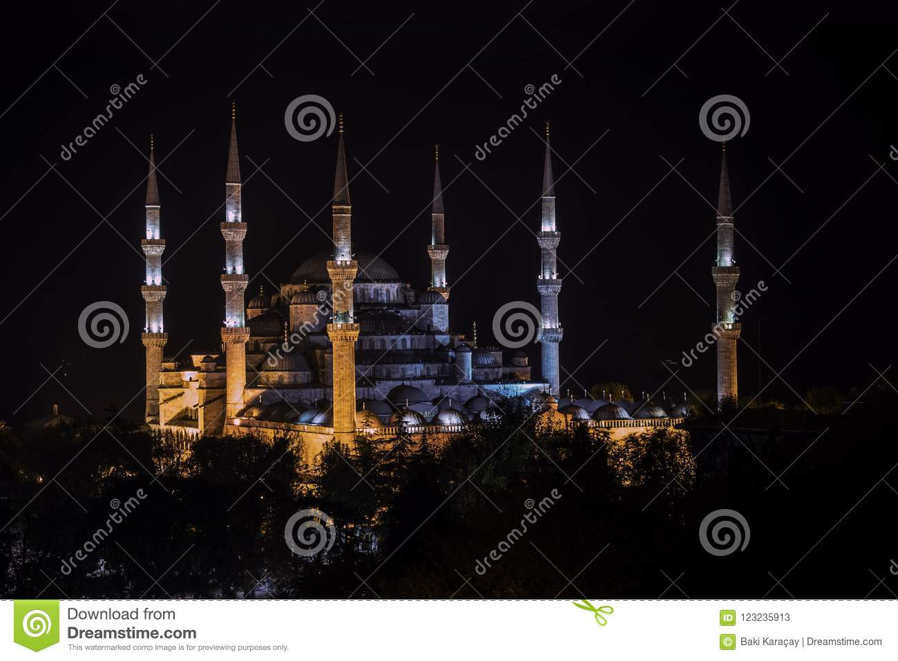 Night view of Blue Mosque of Ottoman architecture in Istanbul, Turkey