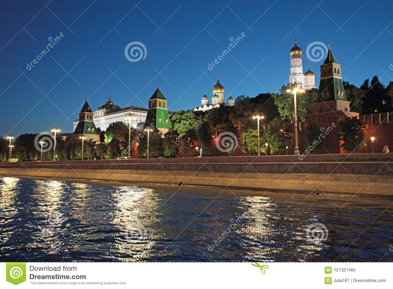 Night view to Moscow river and Kremlin
