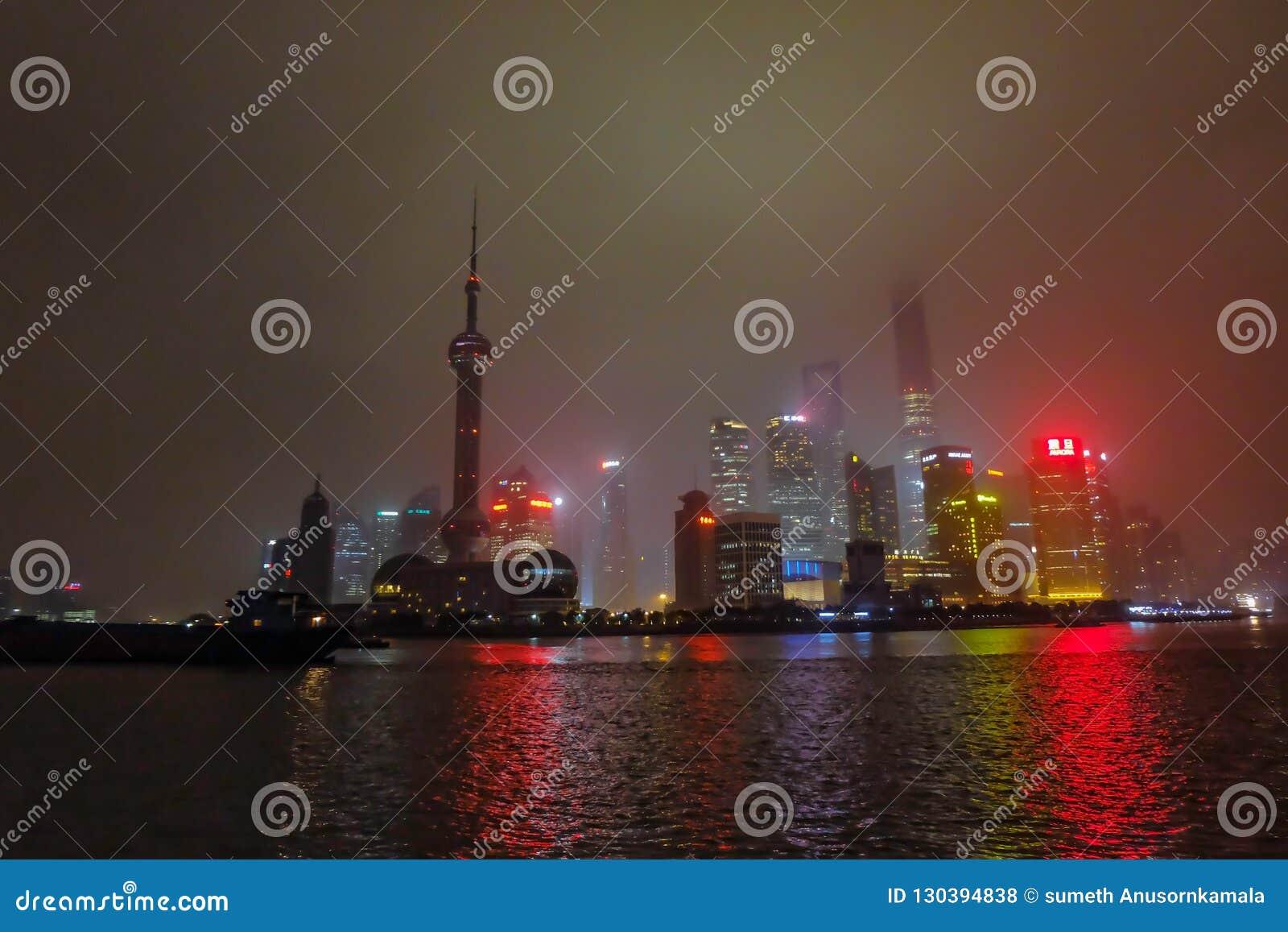 Nightscape бунда с туманом или туман покрывают бунд в сезоне зимы, фарфор Шанхая, черный белый тон