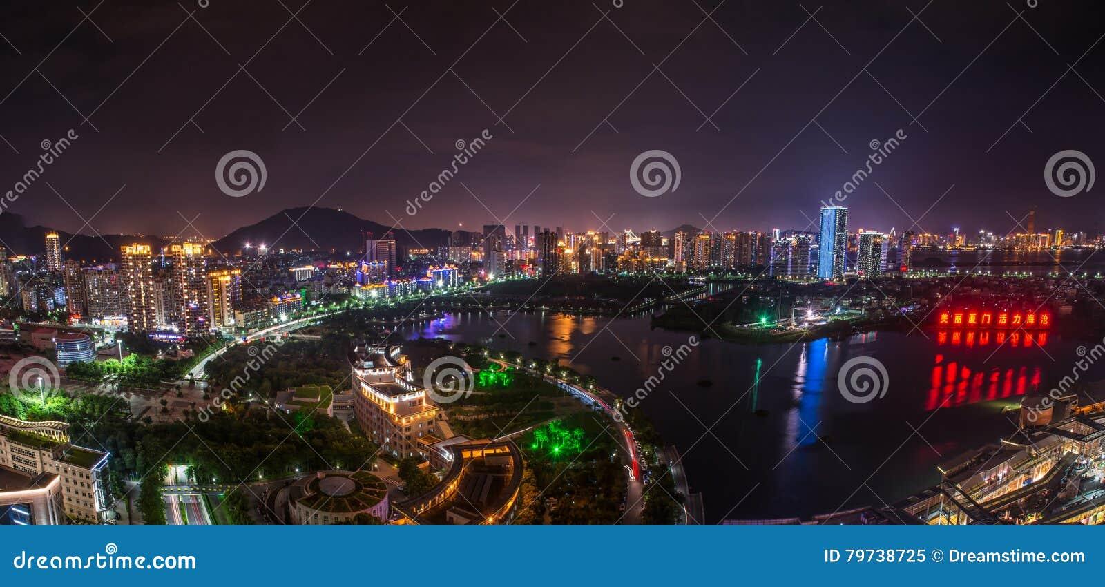 Nightscape del gobierno del distrito en Xiamen, haicang, China