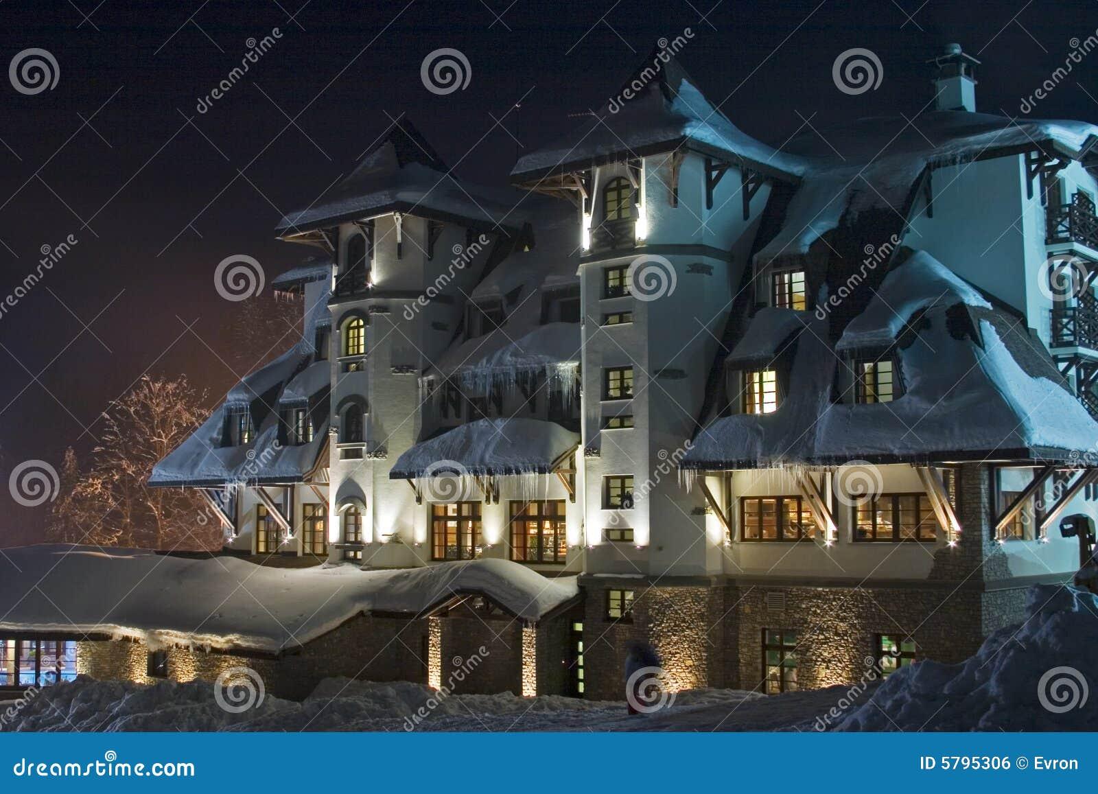 Nightshot d hôtel de ski-ressource