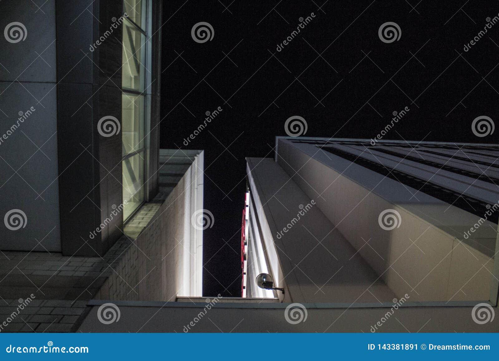 Nighttime architektura przez cały miasta