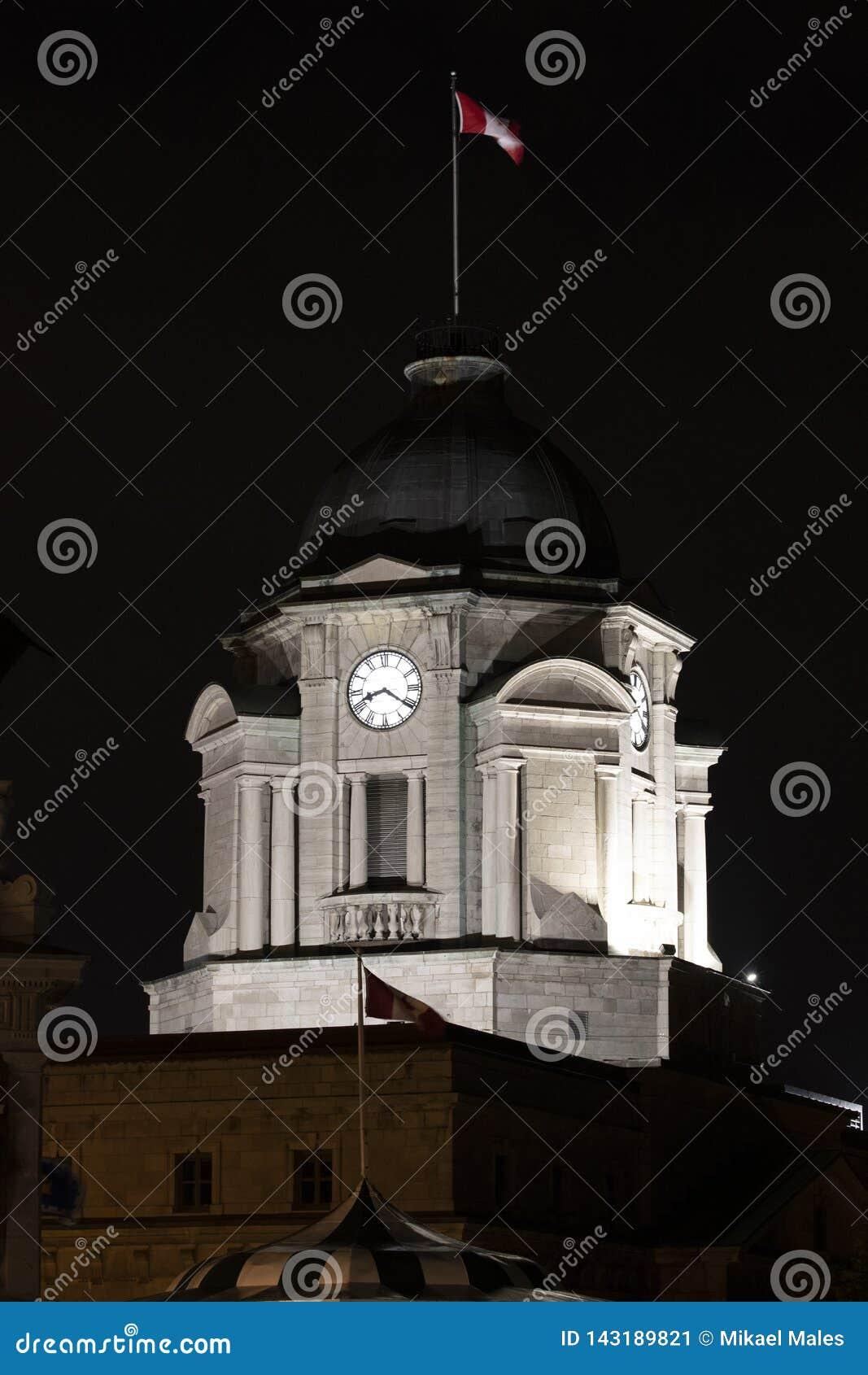 Nighttime obrazek parlamentu budynek z kanadyjczyk flagą na wierzchołku w Quebec mieście
