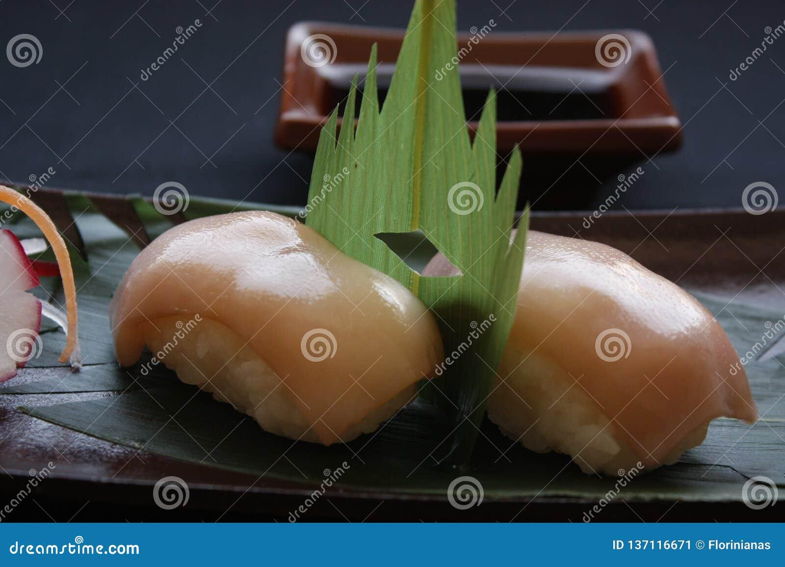 Nigirisushi met garnalen en tonijnvissen op het gastronomische platting op zwarte achtergrond