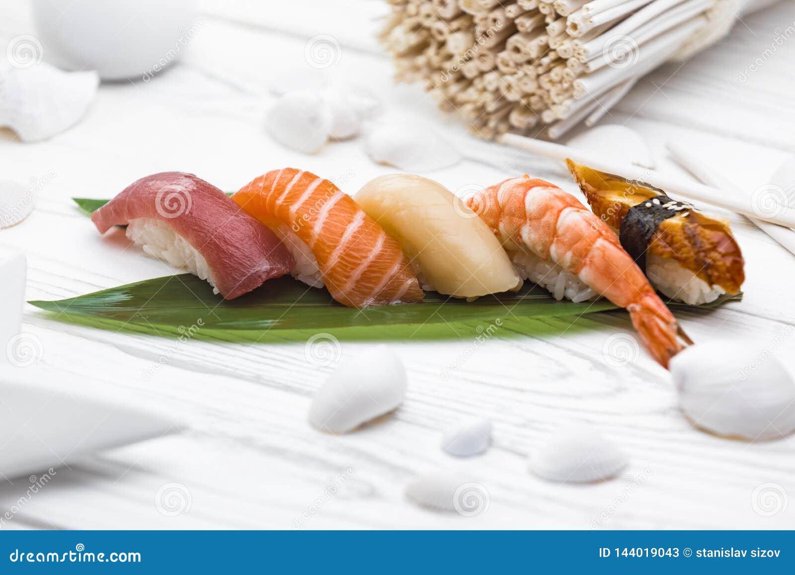 Nigirisushi met smakelijke vissen en zalm worden gemaakt die