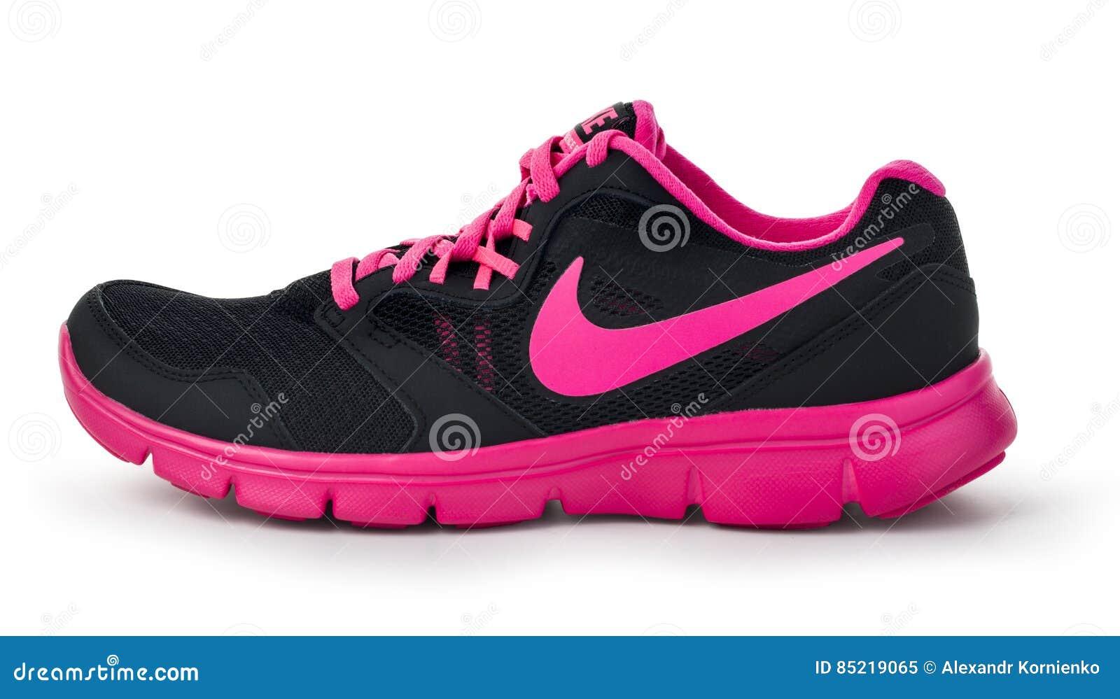 d5deb95b16b Chisinau, Μολδαβία 27 Μαΐου 2015: Nike κυρία ` s - τρέχοντας παπούτσια  γυναικών ` s - πάνινα παπούτσια - εκπαιδευτές, γκρίζος και ρόδινος,  παρουσιάζοντας το ...