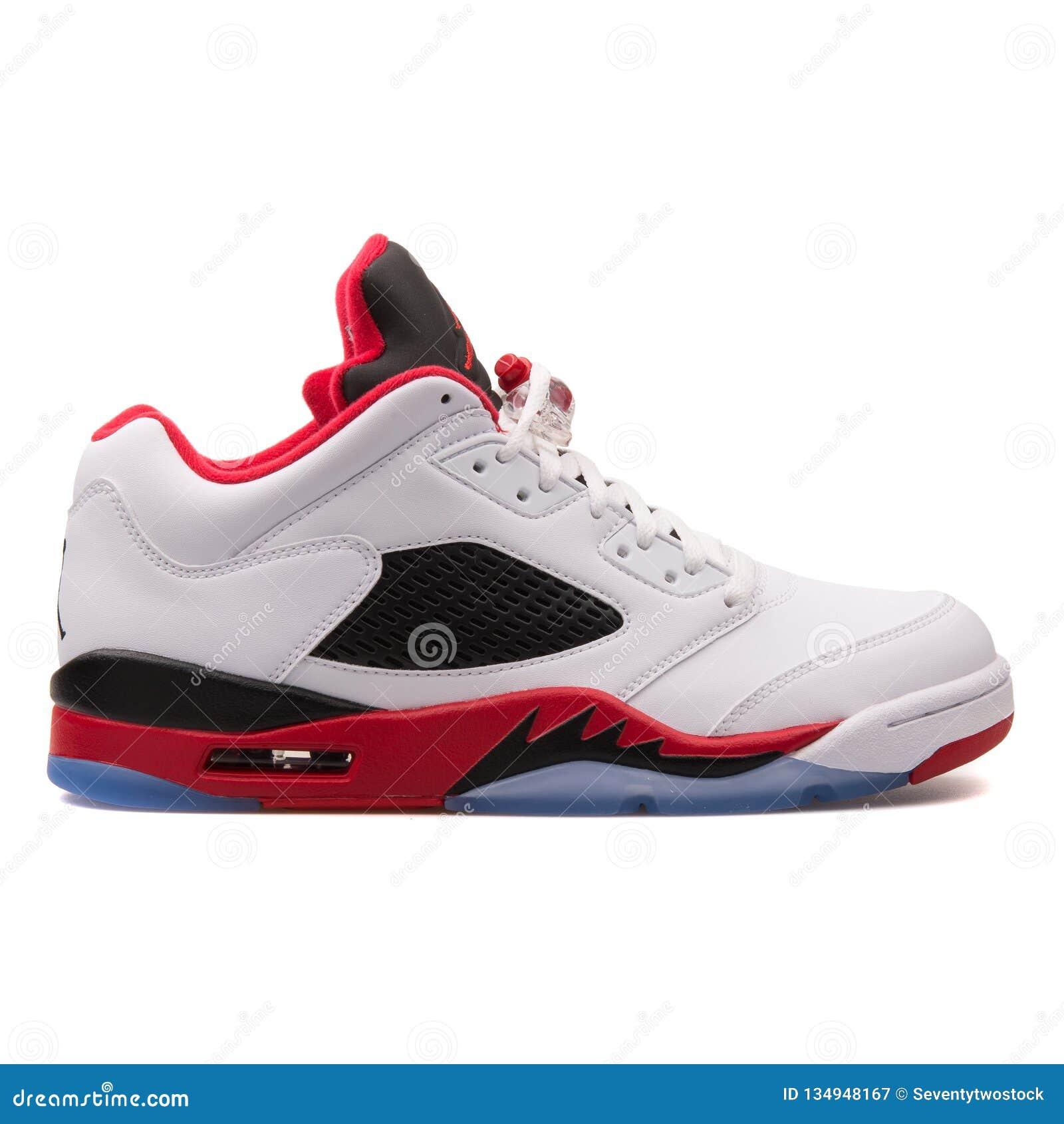 llamar Crítica detective  Nike Air Jordan 5 Zapatillas De Deporte Blancas, Negras Y Rojas Bajas  Retras Fotografía editorial - Imagen de zapatillas, bajas: 134948167