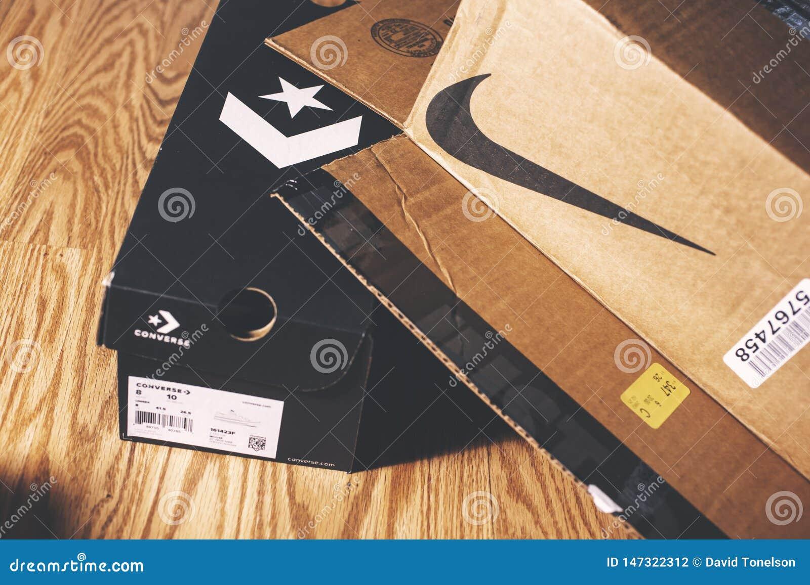 Nike e scatole opposte sul pavimento