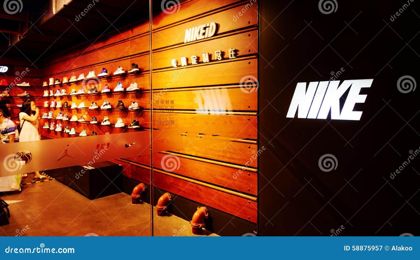 Nike ostenta a loja de sapatas