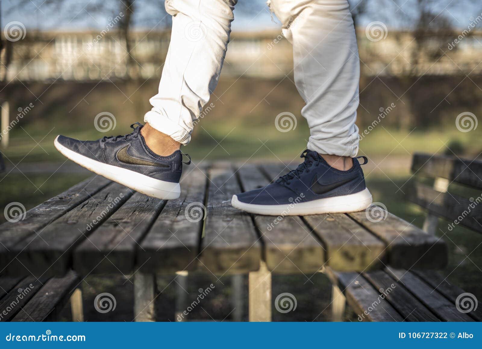 Nike Schuhe Redaktionelles In Run Roche 2 Der Straße KulFJc315T