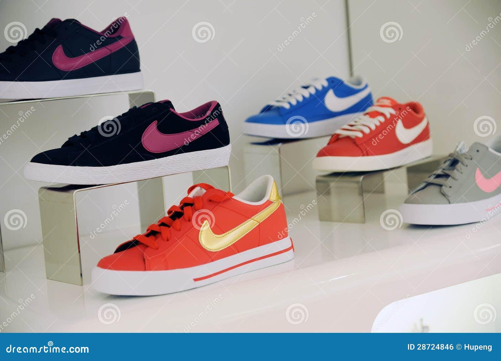 Schuhe zeichenhoch von Nike redaktionelles fotoBild DHYWE29I