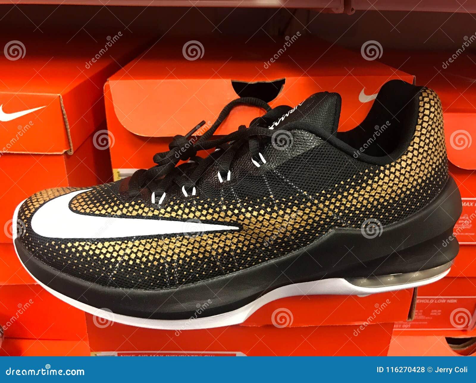 Vendere Di Negozio Un Nike Da Fotografia Sneakers Stock Ad Scarpe W1xfFO