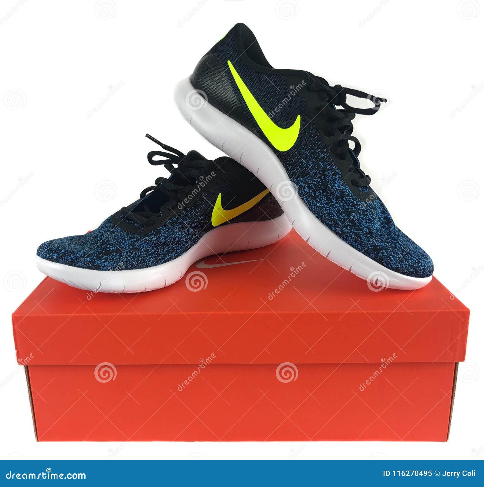 299127eefc6 nike-sneakers-voor-verkoop-bij-een-schoenopslag-116270495.jpg
