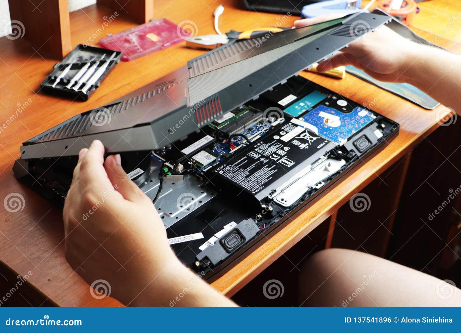 NIKOPOL UKRAINA, CZERWIEC, -, 2018: Technika chwyt śrubokręt dla naprawiać komputer pojęcie komputerowy narzędzia,