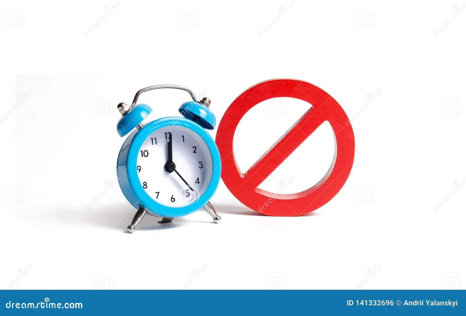 Ninguna muestra y reloj azul en un fondo aislado Indisponibilidad en ciertas horas Restricciones y prohibiciones temporales