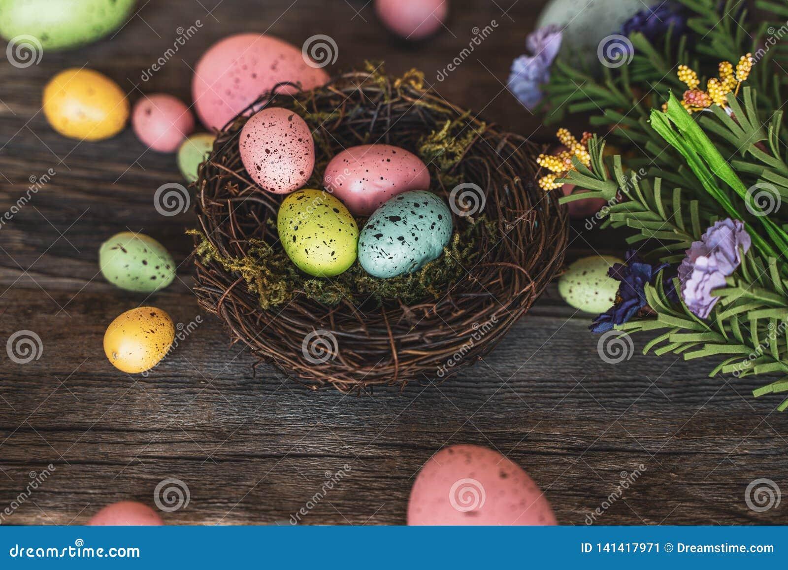 Ninho com ovos e as flores coloridos