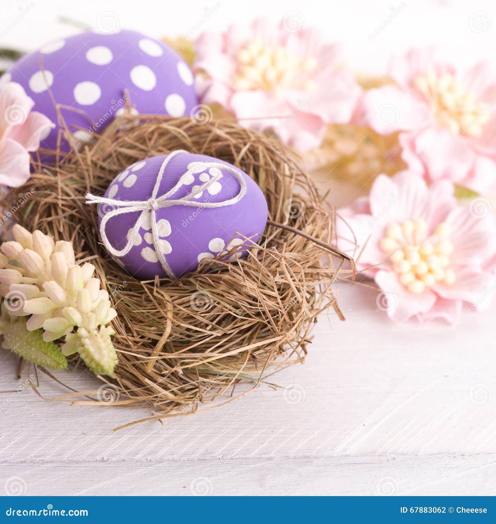 Ninho da Páscoa com ovos decorativos