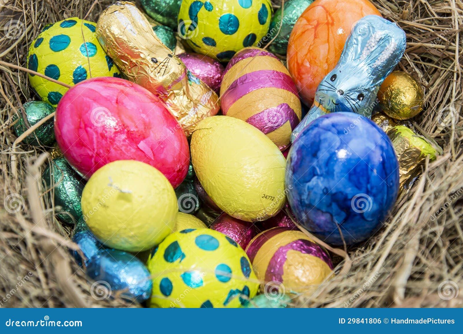 Ninho de Easter com doces do chocolate