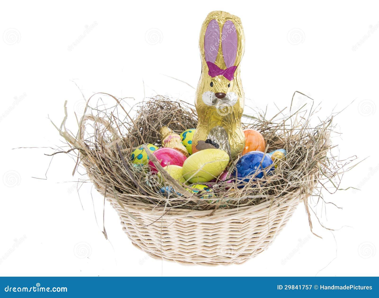 Ninho de Easter com os doces no branco