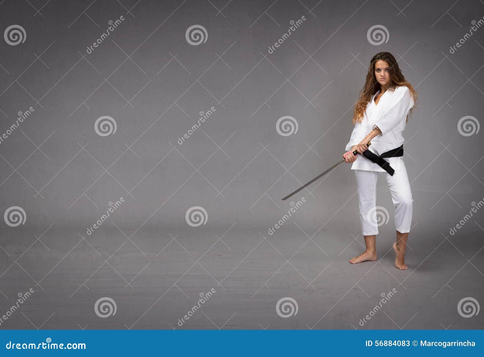 Ninja с шпагой готовой для того чтобы ударить