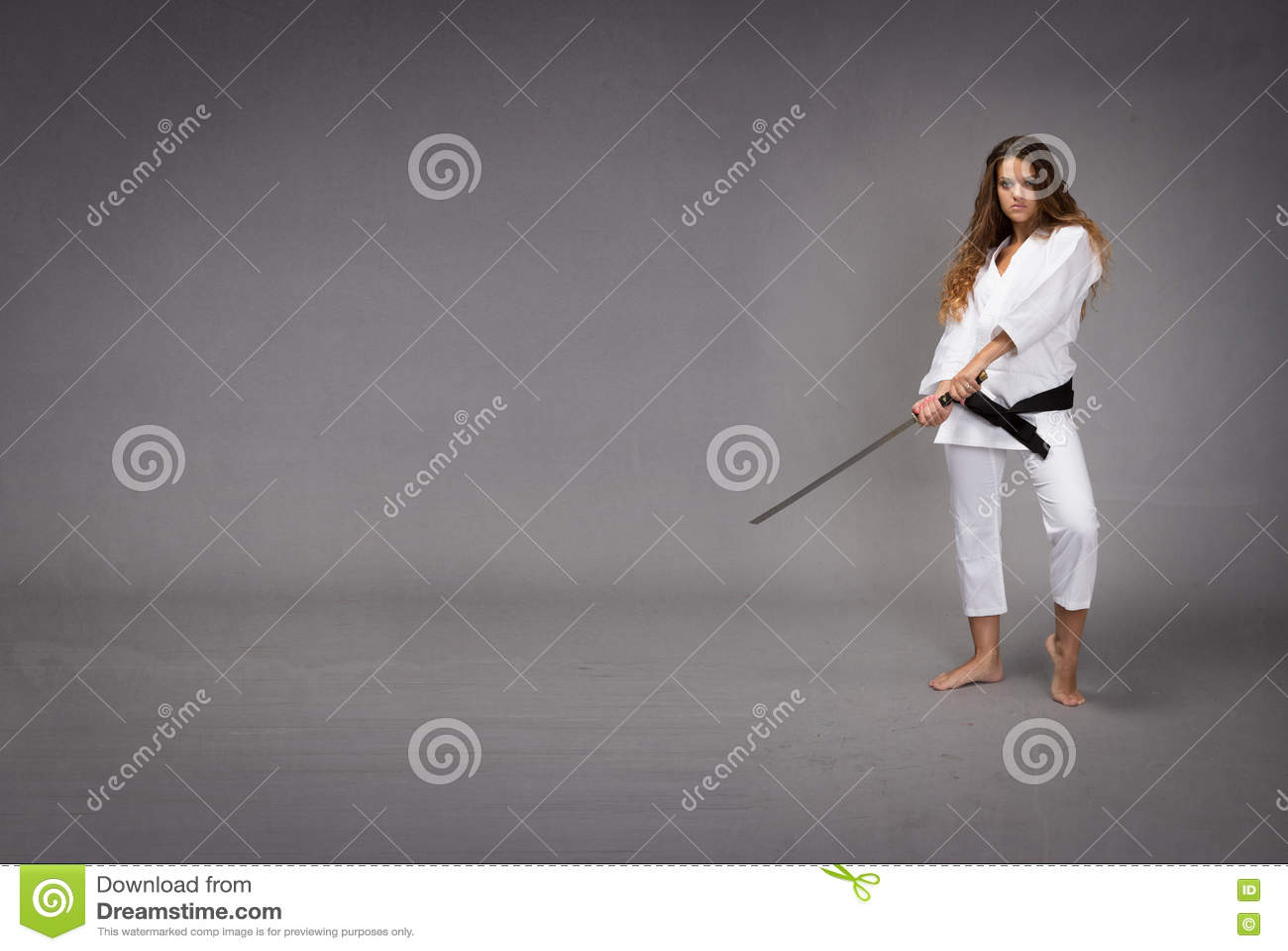 Ninja con la spada pronta a colpire