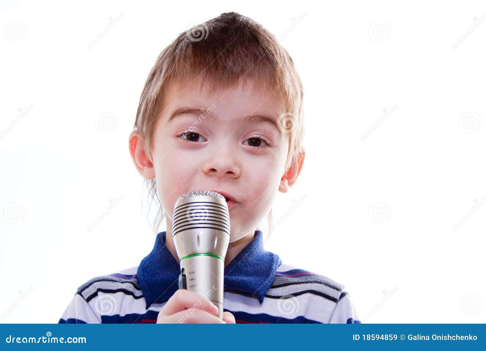 Ni o peque o con un micr fono en sus manos im genes de - Foto nino pequeno ...
