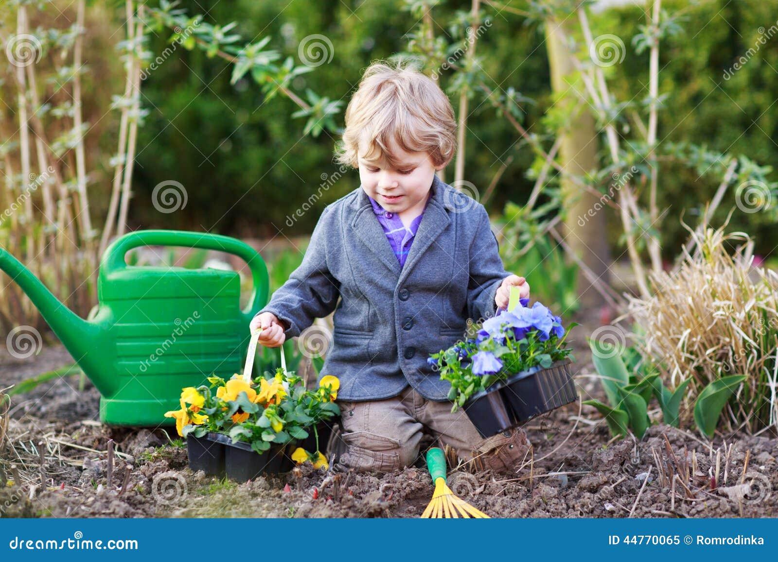 Ni o peque o que cultiva un huerto y que planta las flores for Jardin que planter en janvier
