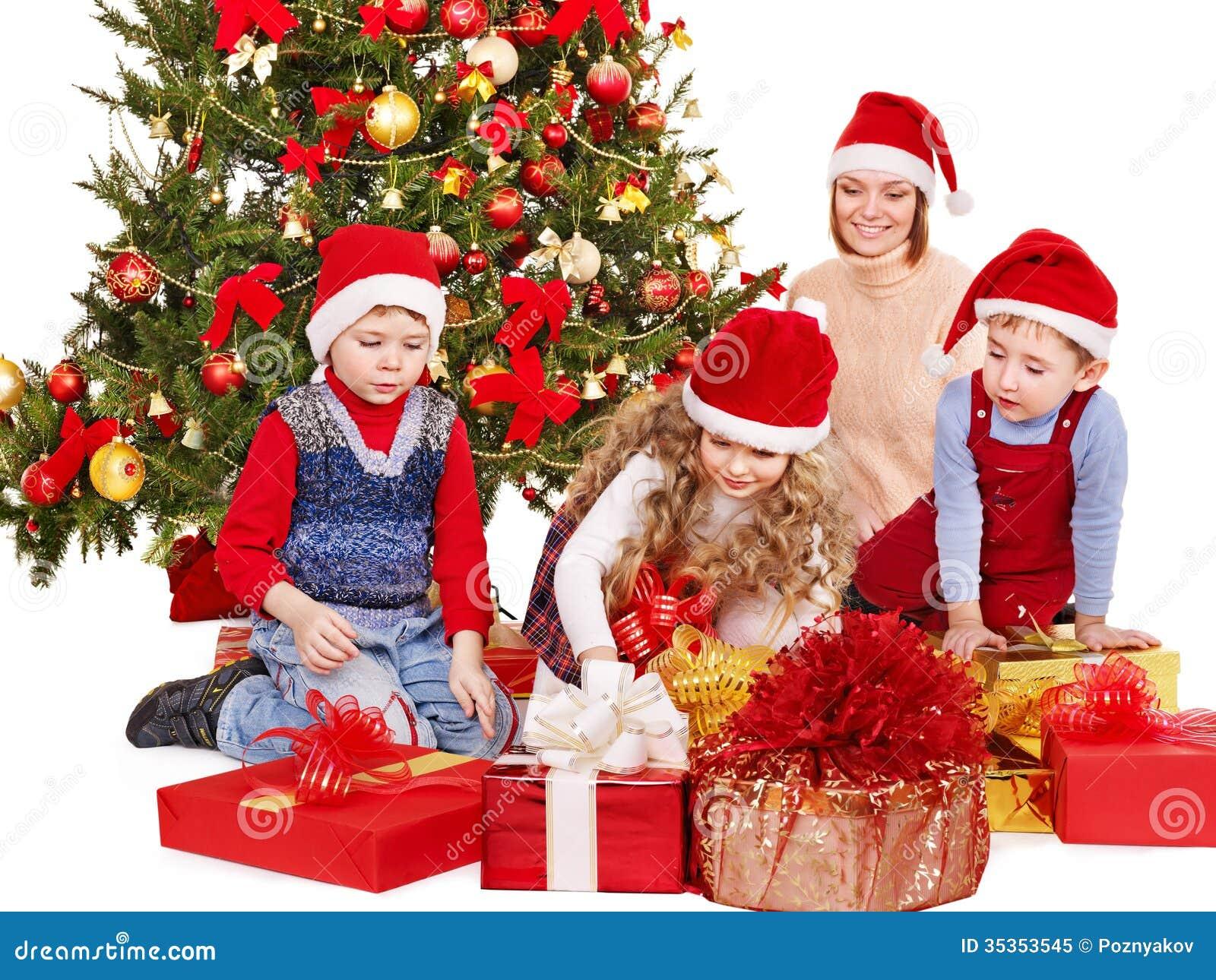 Ni os con la caja de regalo cerca del rbol de navidad - Arbol de navidad para ninos ...