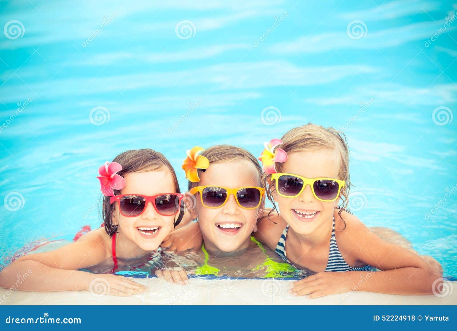 Ni os felices en la piscina foto de archivo imagen 52224918 for Fotos en la piscina