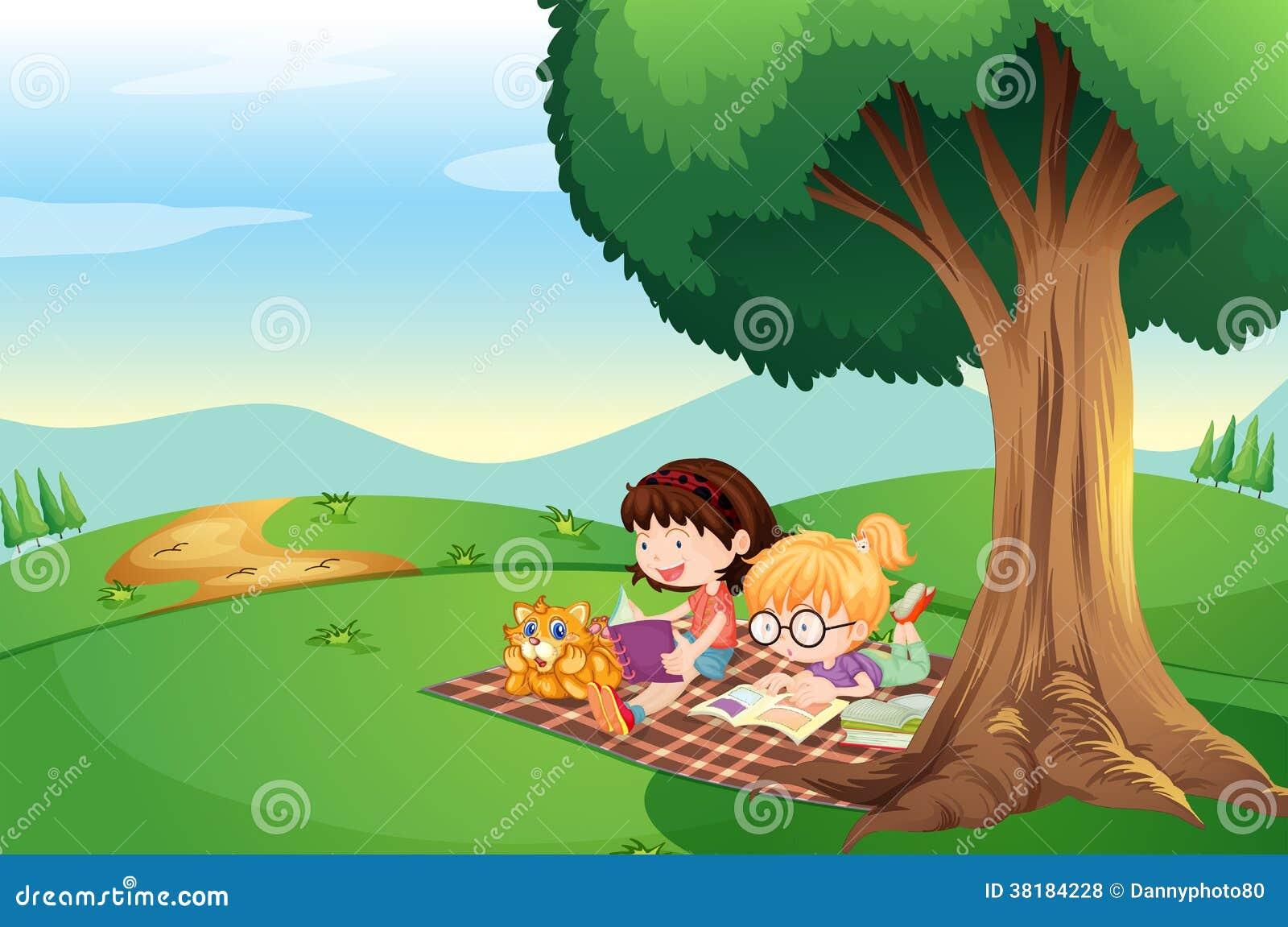 Niños Que Leen Debajo Del árbol Con Un Gato Fotos de ...