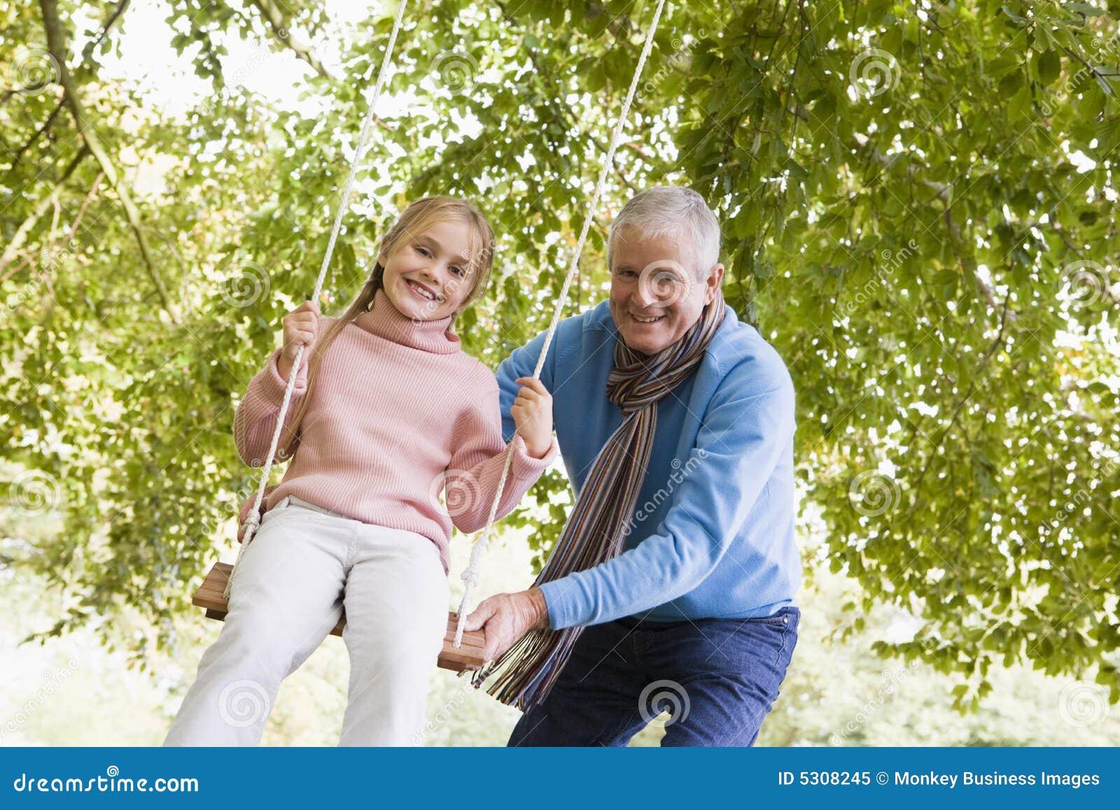 Download Nipote Di Spinta Di Prima Generazione Su Oscillazione Immagine Stock - Immagine di autunno, divertimento: 5308245