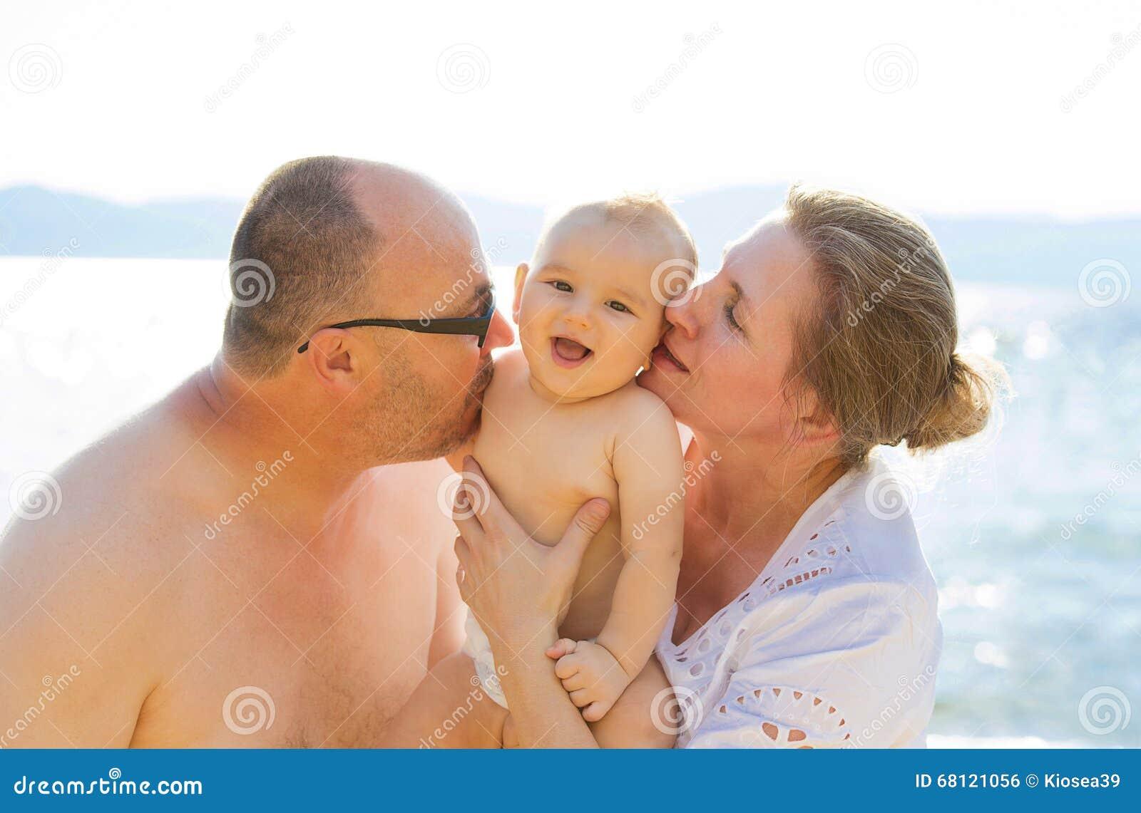Nipote e nonni divertendosi all aperto il giorno soleggiato di estate dalla spiaggia