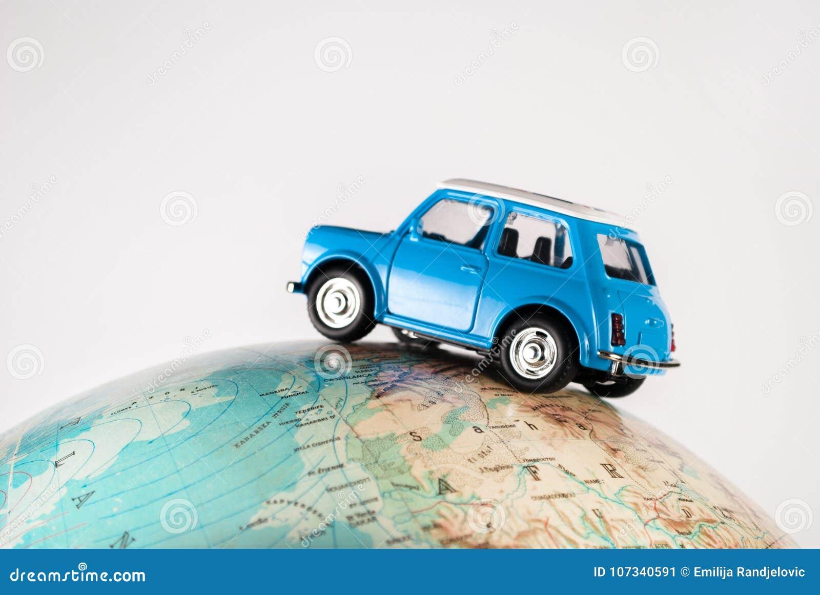 NIS, SERBIA - 8 de enero de 2018 figura miniatura coche Mini Morris del juguete en el globo geográfico de la tierra en el fondo b