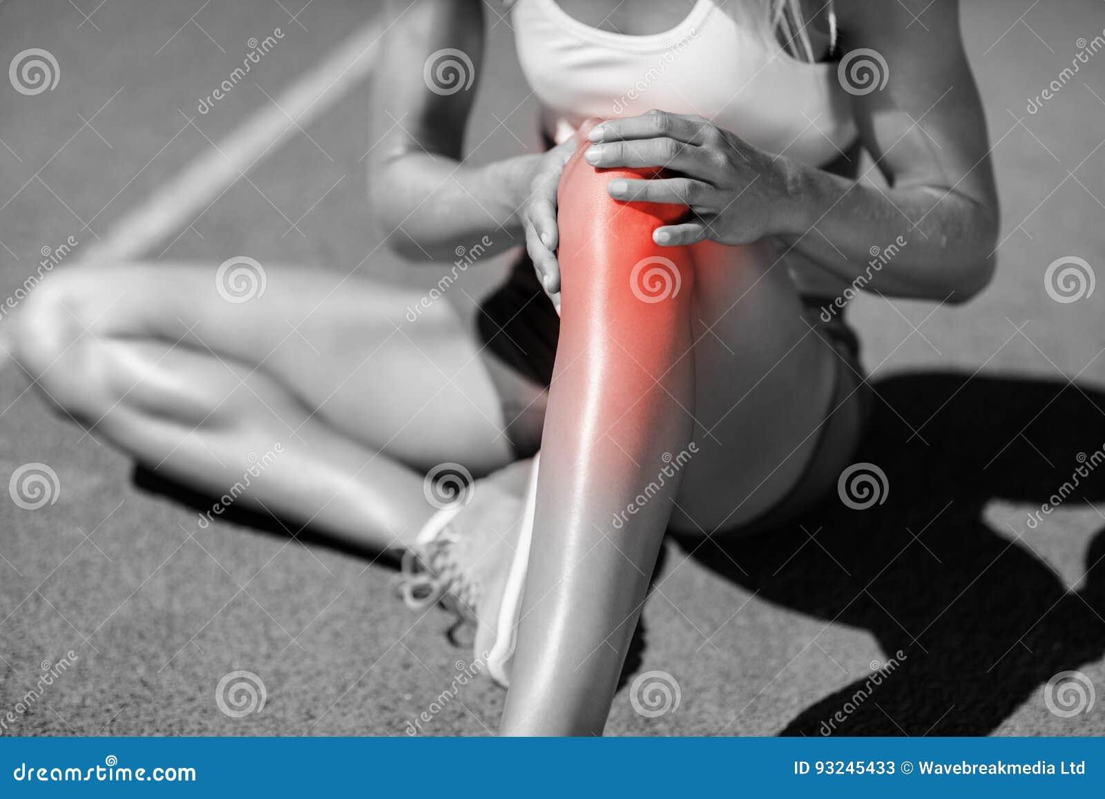 Niska sekcja żeńskiej atlety cierpienie od łącznego bólu