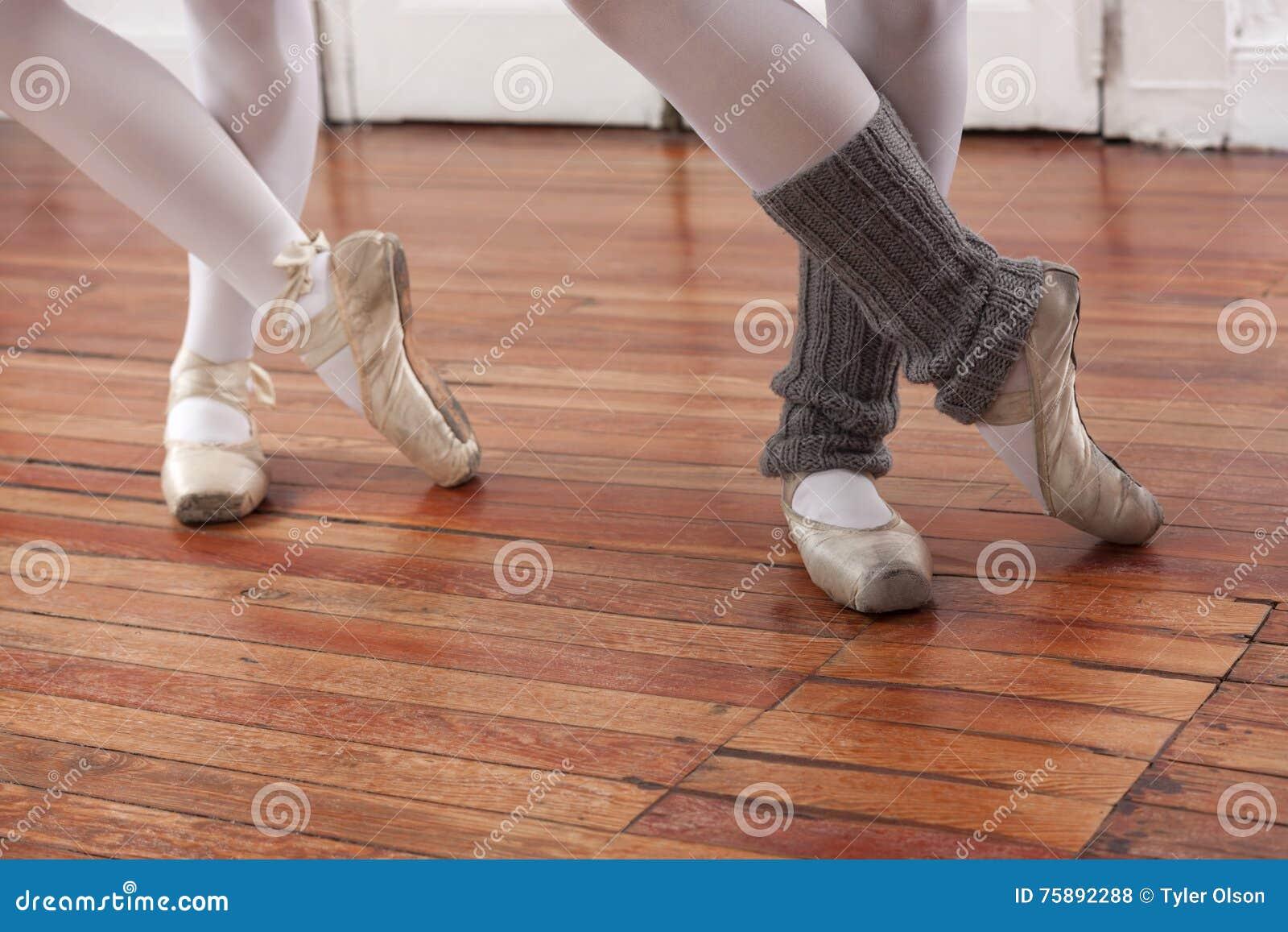 Niska sekcja baleriny Wykonuje Na podłoga