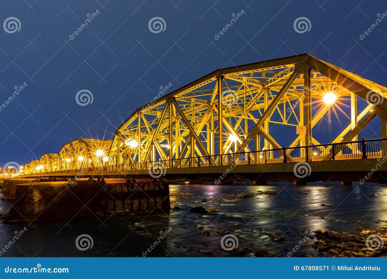 Niski Trenton most przy świtem