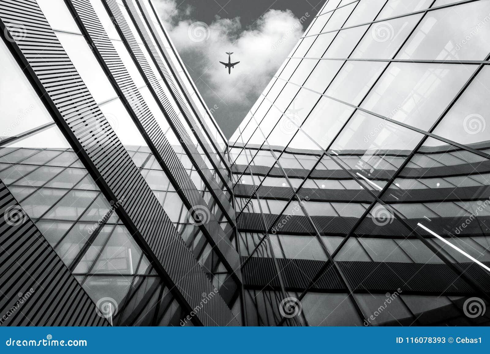 Niskiego kąta widok latający samolot nad nowożytną architektury budową