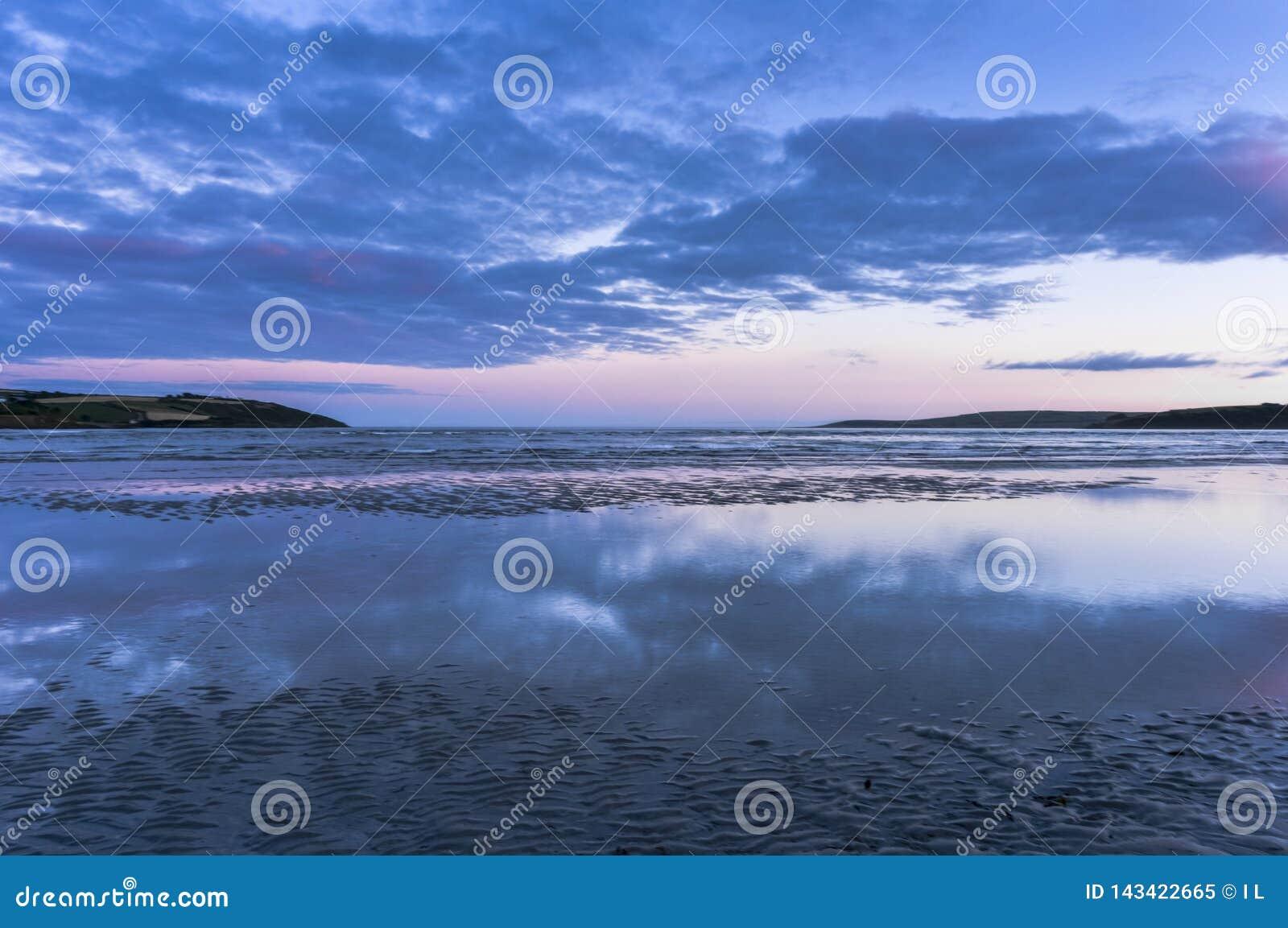 Niskiego kąta widok morze przeciw chmurom podczas zmierzchu, Irlandia